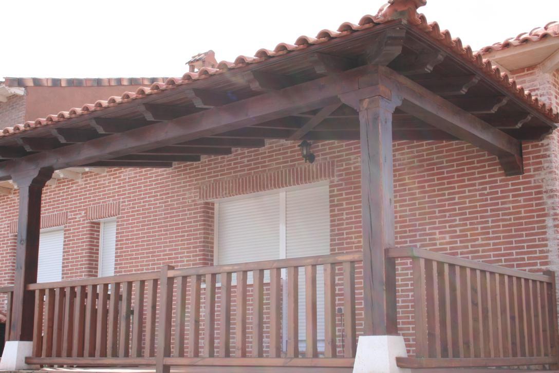 puertas de madera armarios a medida y tarima flotante en On barandilla porche