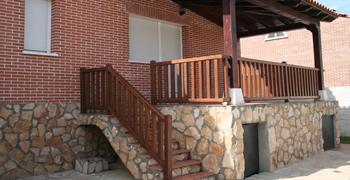 Puertas de madera armarios a medida y tarima flotante en for Escaleras de madera sencillas